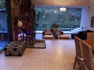 Una sala de estar llena de muebles y una televisión de pantalla plana en Casa Campestre En Venta En La Ceja San Antonio