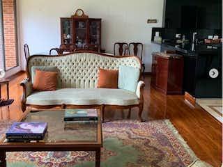 Una sala de estar llena de muebles y una televisión de pantalla plana en BOGOTA VENDO APARTAMENTO CHICO NAVARRA 156 MTS