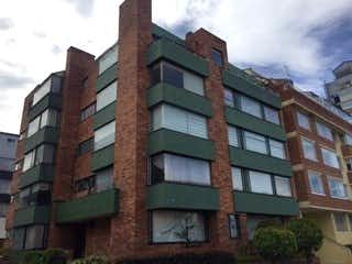 Un edificio de ladrillo alto con un reloj en él en Apartamento en venta en Puente Largo de 3 alcoba