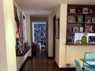 Una sala de estar llena de muebles y un suelo de madera en Apartamento en venta en Chicó Navarra, 112m² con Zonas húmedas...
