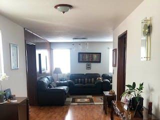 Una sala de estar llena de muebles y una mesa en REFORMA, SAN FRANCISCO VENDE EXCELENTE CASA