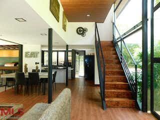 Una sala de estar llena de muebles y suelos de madera en Bosques de Salamanca
