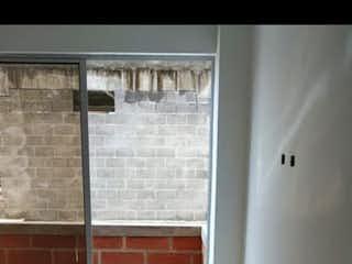 Un cuarto de baño con un inodoro y un lavabo en Apartamento en venta en  La América, 95mt con dos balcones