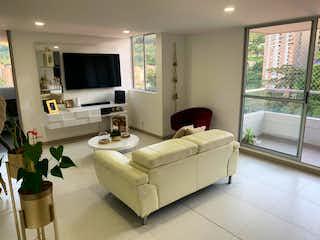 Una gran cama blanca sentada en una sala de estar en Apartamento en Venta en Envigado