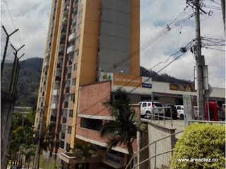Un edificio muy alto con un reloj a su lado en APARTAMENTO EN LA ESTRELLA