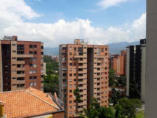 Un gran edificio en medio de una ciudad en APARTAMENTO EN PILARICA