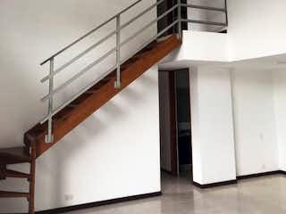 Un refrigerador congelador blanco sentado dentro de una cocina en Apartamento en venta en Zúñiga de cuatro habitaciones
