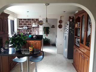 Una cocina con nevera y fregadero en APARTAMENTO EN LOS COLORES