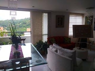 Una sala de estar llena de muebles y una gran ventana en Apartamento en venta en Los Colores de dos habitaciones