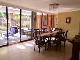 Una sala de estar llena de muebles y una mesa en Casa en venta en Los Balsos de 270mts