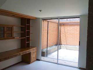 Una habitación que tiene una ventana en ella en Casa en venta en El Portal de 214mts