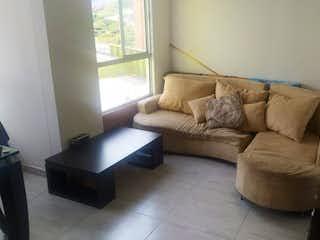 Una sala de estar llena de muebles y una ventana en monteparaiso