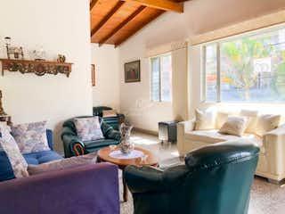 Una sala de estar llena de muebles y una ventana en Casa en Venta  Calasanz, Medellín