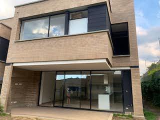 Un gran edificio de ladrillo con una gran ventana en Casa en venta en Loma Del Atravezado de 232m² con Gimnasio...