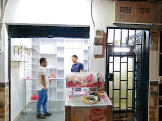 Un hombre está de pie fuera de una tienda en Casa en venta en Centro, 70m²