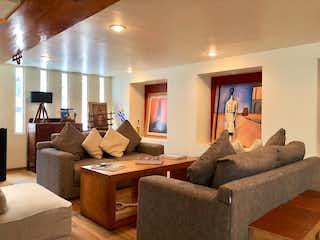 Una sala de estar llena de muebles y una gran ventana en Casa en venta la Presilla sobre Av. San Francisco San Jerónimo