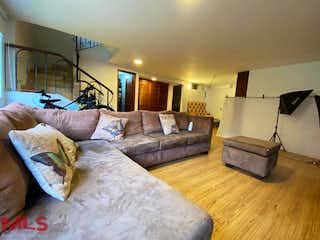 Una sala de estar llena de muebles y una lámpara en Vientos De La Colina