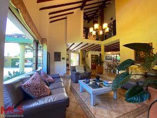 Un hombre sentado en un sofá en una sala de estar en Casa en venta en Tres Puertas, 420mt de dos niveles