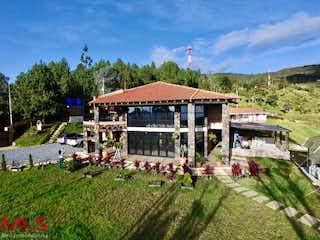 Un grupo de personas de pie frente a una casa en Valle de la Miel