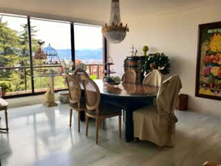 Una sala de estar llena de muebles y una lámpara de araña en Apartamento en venta en Suba Lombardía, 344mt con terraza