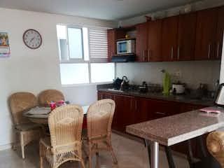 Una sala de estar llena de muebles y una mesa de madera en Apartamento en venta en Mesa 84m²