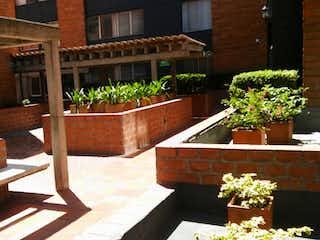 Una planta en maceta sentada encima de la mesa en Apartamento en venta en La Candelaria de 3 alcoba