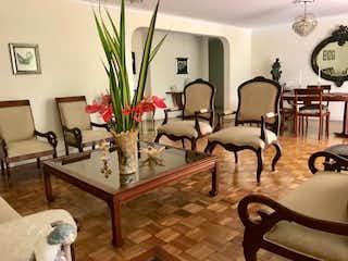 Una sala de estar llena de muebles y una lámpara de araña en ED. CATAY PROVENZA