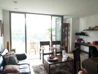 Una sala de estar llena de muebles y una gran ventana en Apartamento en venta en La Abadía, de 98mtrs2