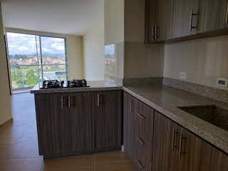 Una cocina con un fregadero, una estufa y una ventana en Apartamento en venta en La Francia de 2 alcoba