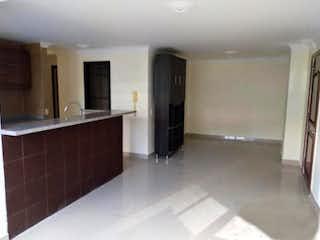 Una cocina con nevera y fregadero en C.R . LOS GEMELOS.