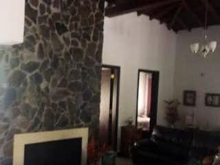 Una sala de estar llena de muebles y una chimenea en Casa en venta en Sagrada Familia, de 288mtrs2