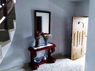 Un cuarto de baño con lavabo y espejo en Casa en venta en Laureles, Medellín