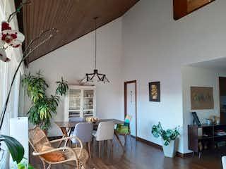 Una sala de estar llena de muebles y una planta en maceta en Apartamento en venta en Pasadena, Bogota