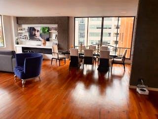 Una sala de estar llena de muebles y un suelo de madera en Apartamento en venta en Chicó Navarra 255m² con Zonas húmedas...