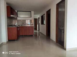 Una cocina con nevera y fregadero en Apartamento en venta de 84 m2, Cabañitas - Bello