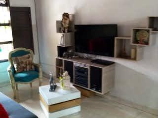 Cocina con horno de fogones y microondas en Casa en venta en La Paz de 6 hab. con Balcón...