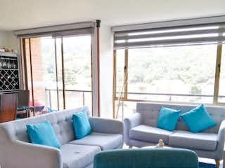 Una sala de estar llena de muebles y una ventana en Vende / Arrienda Apartamento Conjunto Cerrado Cerros de Suba