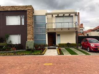 Un gran edificio con un montón de ventanas en Casa en Venta VEREDA BOJACA