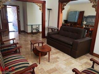 Una sala de estar llena de muebles y una chimenea en Boulevard