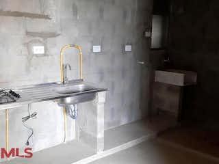 Un cuarto de baño con lavabo y un espejo en Girasoles del Tambo