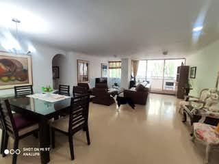 Una sala de estar llena de muebles y una mesa en Jardines de Castropol
