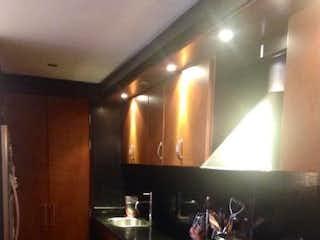 Una cocina con una estufa de fregadero y armarios en VENDO:APARTAMENTO:CHAPINERO ALTO:DUPLEX;1H;80M