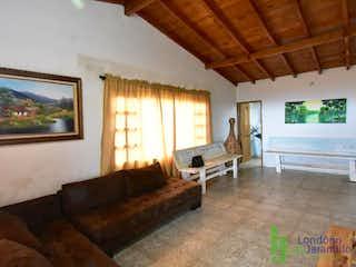 Una sala de estar llena de muebles y una gran ventana en casa en venta en Acuarela, de 80mtrs2