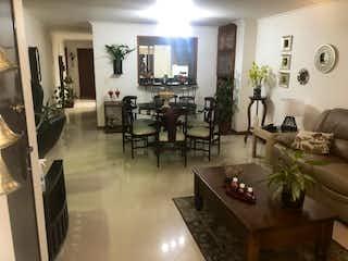 Una sala de estar llena de muebles y una planta en maceta en Apartamento en Venta BELEN
