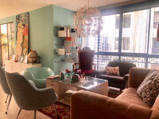 Una sala de estar llena de muebles y una gran ventana en juncos del poblado