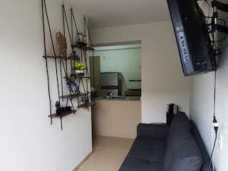 Una sala de estar llena de muebles y una televisión de pantalla plana en Apartamento en venta en Casco Urbano Santa Fé de Antioquia, de 53mtrs2