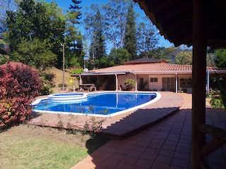 Un barco azul y blanco sentado en un patio trasero en Casa Campestre En Unidad Cerrada Villa Roca Copacabana - Antioquia