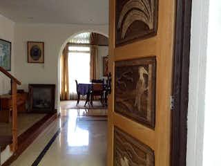 Una sala de estar llena de muebles y una chimenea en Casa En Venta En Bogota Cedritos-Usaquén
