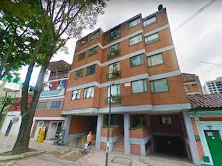 Un edificio alto con muchas ventanas en Venta Apartamento en San Martin - 3068408