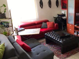 Una sala de estar llena de muebles y una televisión de pantalla plana en Departamento en venta de 112 m2 en Naucalpan con 2 recámaras